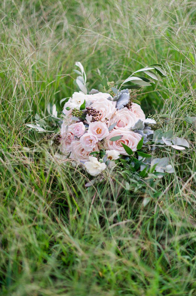 bouquet de la mariee roses rose pastel dans un prés