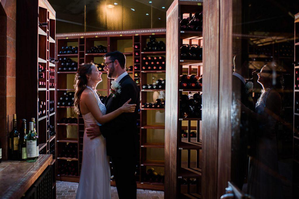 couple dans un cellier bouteilles de vin