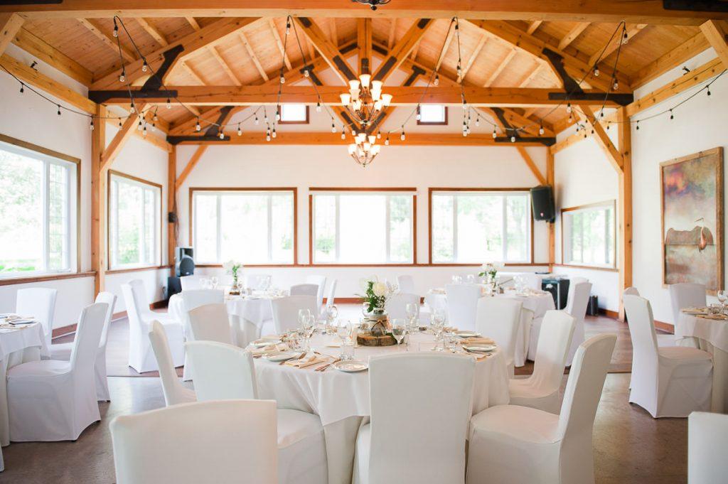 Salle de reception decoree mariage nappe  couvre chaise blanc couvert