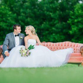 couple mariage exterieur sur un divan vintage vieux rose