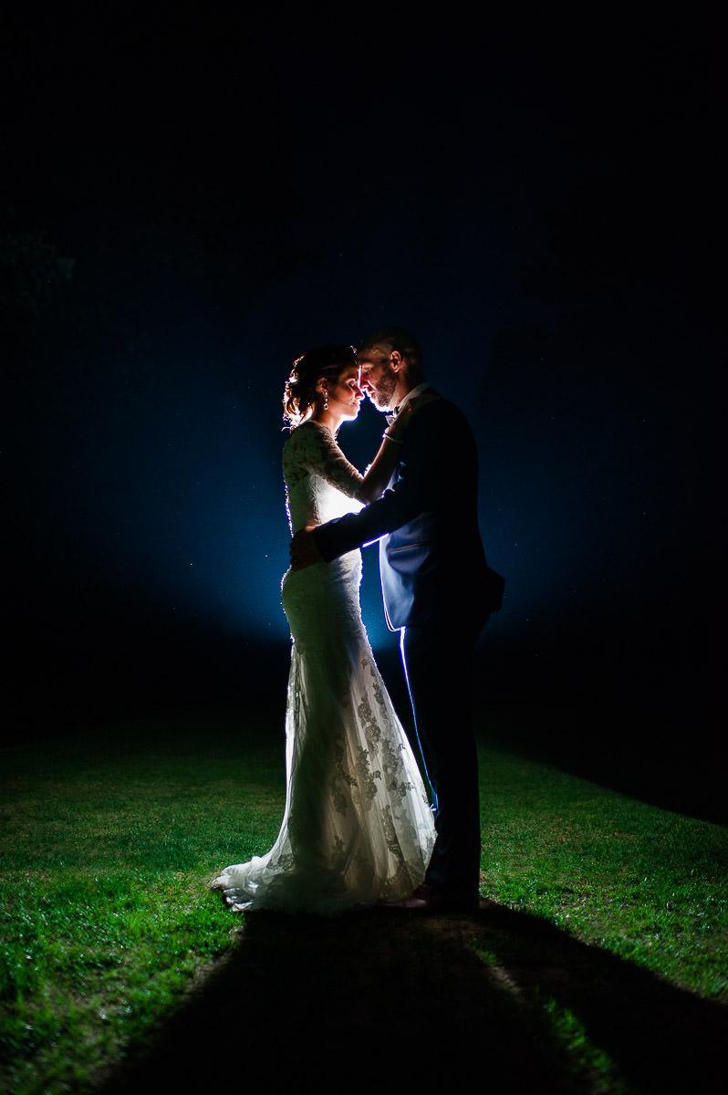 couple mariage nuit romantique lumiere au flash