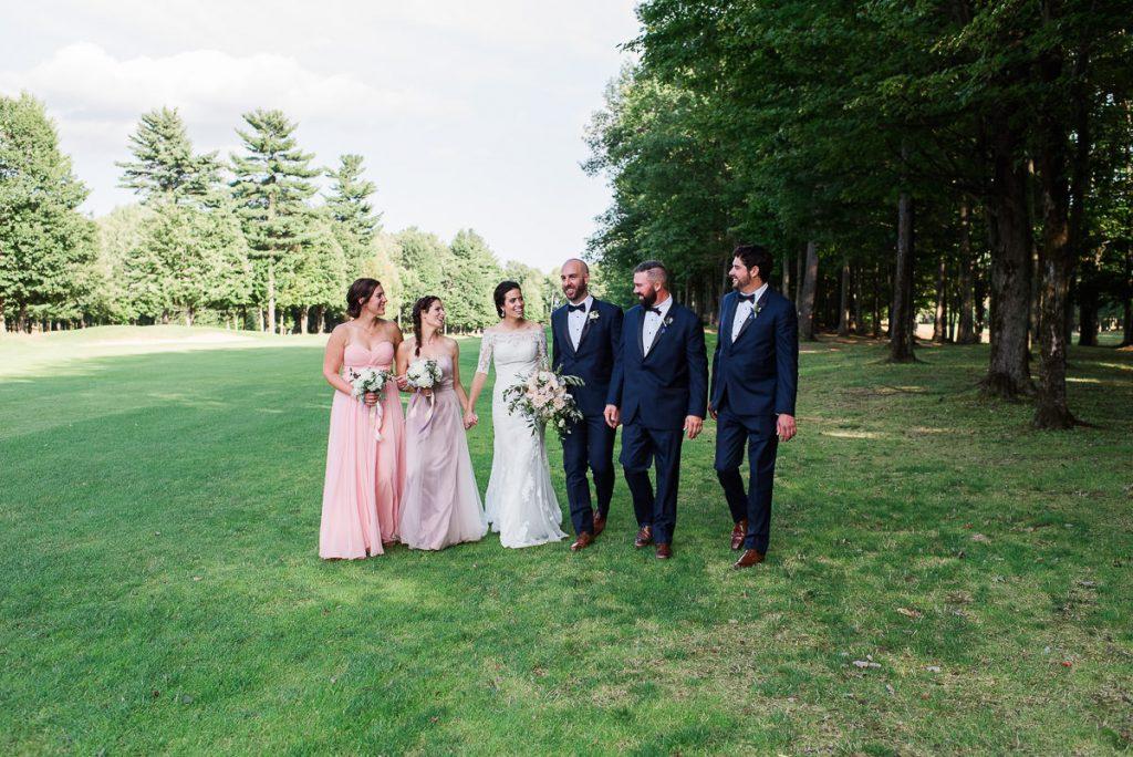 garcons et filles dhonneur qui marchent avec les maries en riant mariage champetre club de golf continental sorel-tracy-robe rose-habit bleu