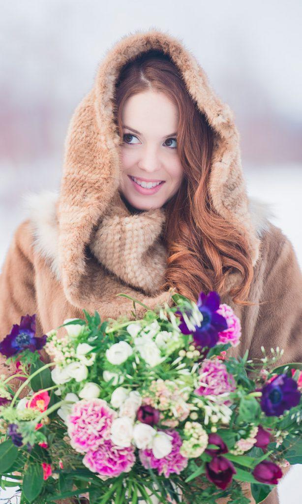 portrait mariee rousse hiver fleur manteau fourrure neige salle de reception