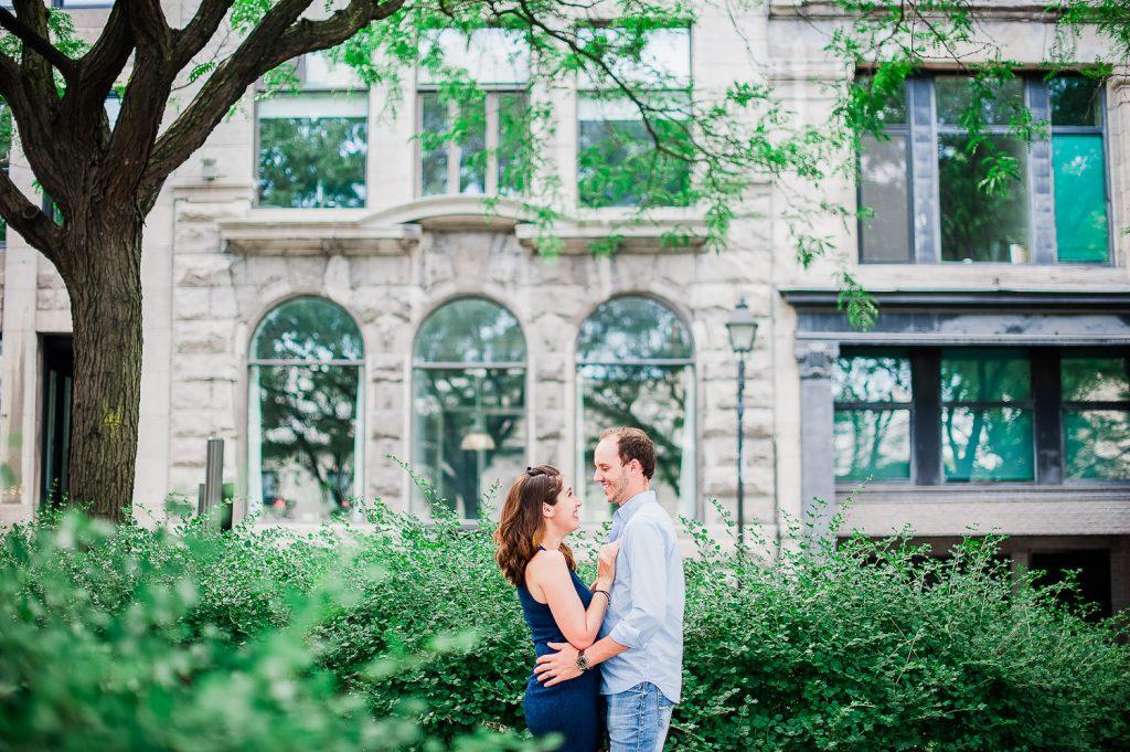 photographie pre-mariage couple sourire heureux romantique vieux montreal verdure edifice