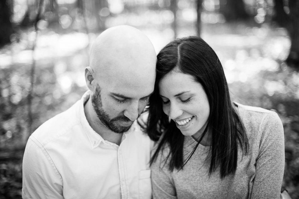 tete a tete romantique sourire foret parc national de saint-bruno-de montarville noir et blanc