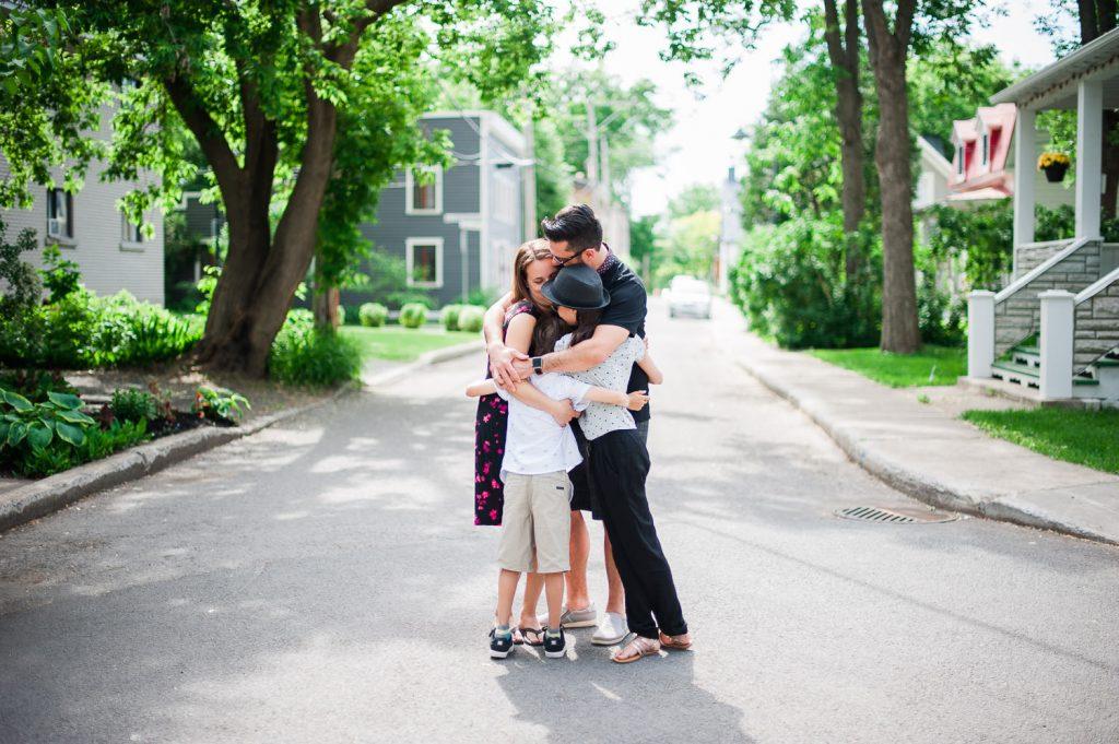 calin groupe heureux bonheur ete rue vieux boucherville parent enfant