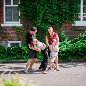 chatouiller parent enfant rire bonheur rue vieux boucherville ete soleil