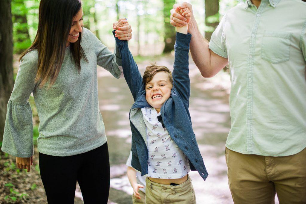 parent enfant garcon balade marche en foret sourire parc national saint-bruno-de-montarville