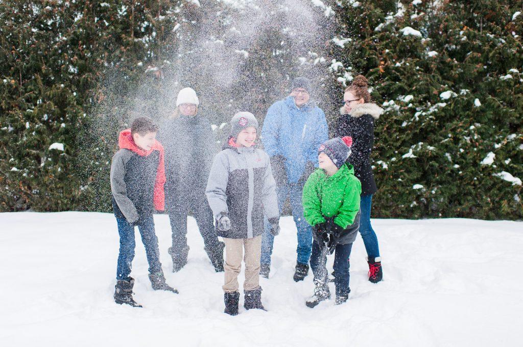 famille reconstituee hiver jouer neige exterieur saint-jean-sur-richelieu