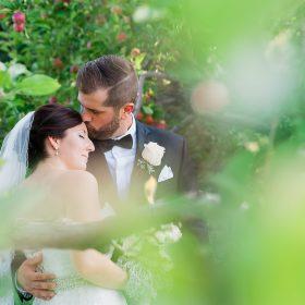 couple amoureux baiser dans le front automne verger pomme la champenoise saint-damase