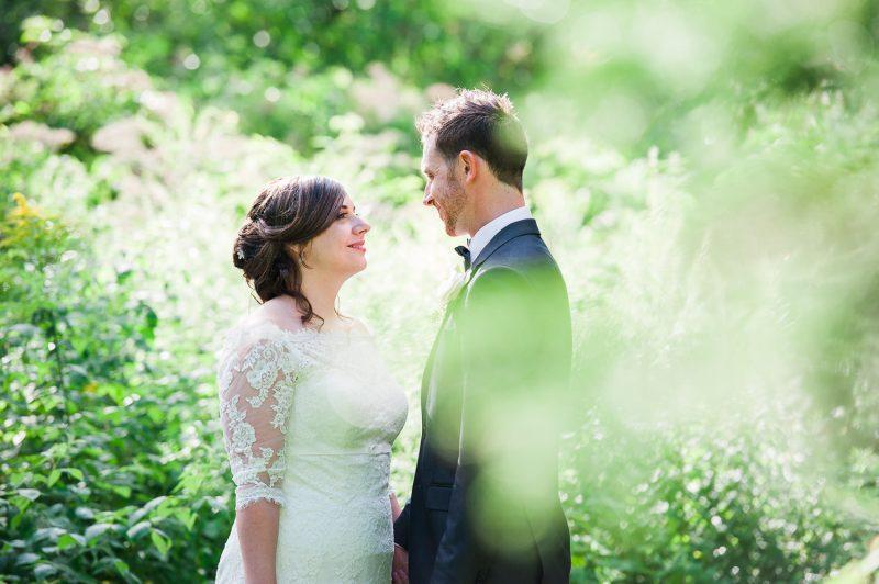 couple mariage nature verdure regard soleil salle de reception la champenoise st-damase