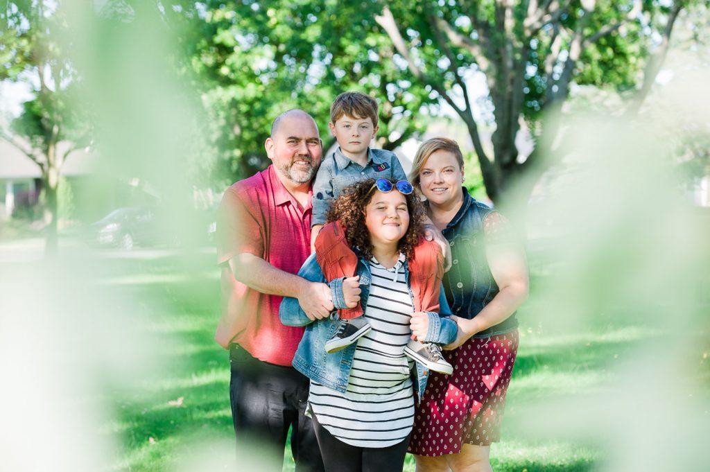 portrait famille sourire nature parc ete napierville