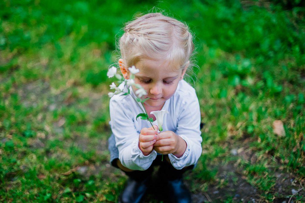 fillette fleur parc ete verdure gazon bedford