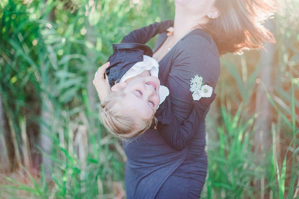rire maman fille dans les bras ete soleil nature parc bedford
