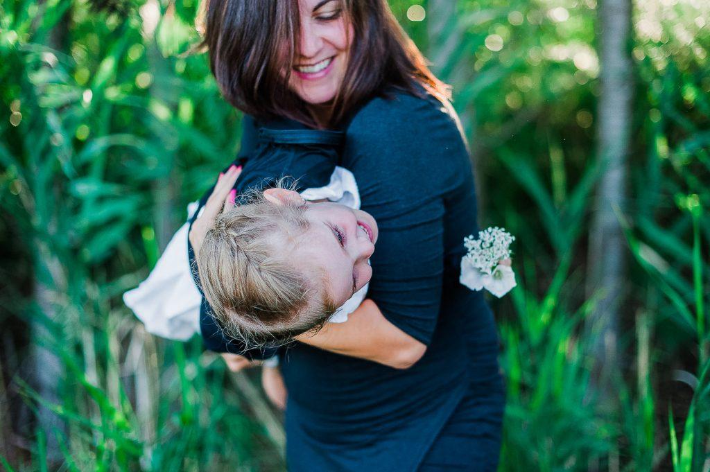 sourire maman fille dans les bras nature parc bedford ete