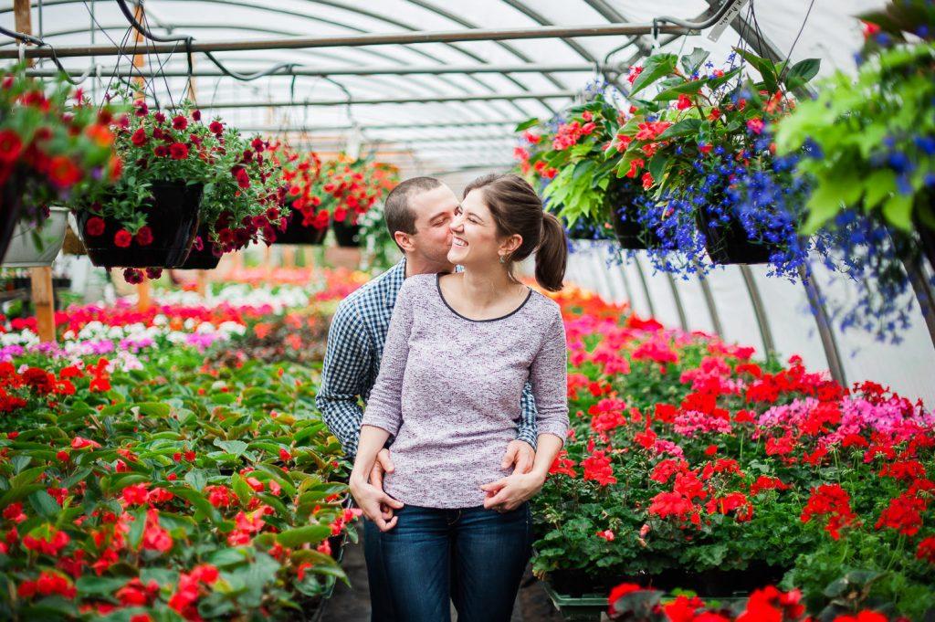 fleur plante serre pepiniere champlain saint sebastien sourire baiser sur la joue couple
