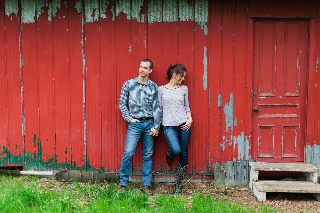 couple amoureux tient la main grange rouge