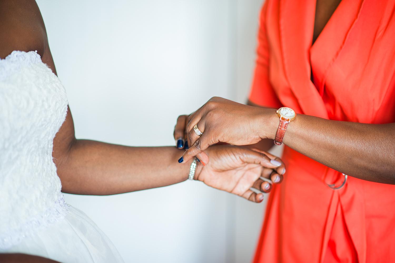La-dame-d-honneur-aide-la-mariee-a-attacher-son-bracelet-dans-sa-chambre