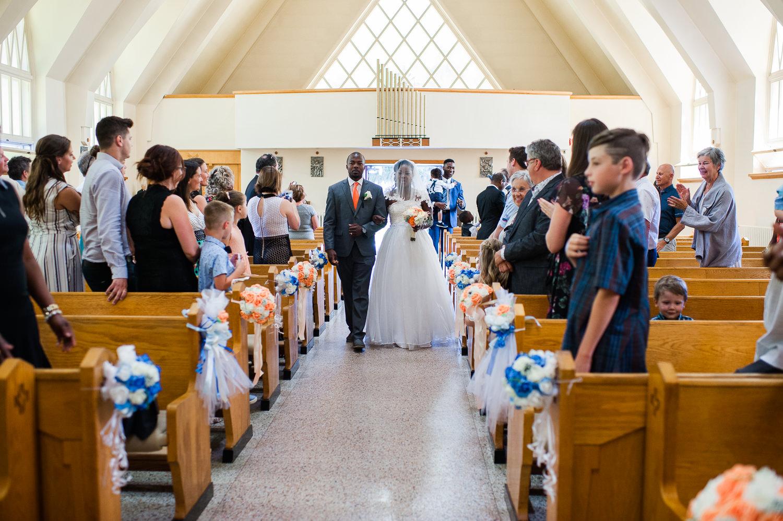 entree-de-la-mariee-lorsqu-elle-descend-l-allee-au-bras-de-son-frere-église