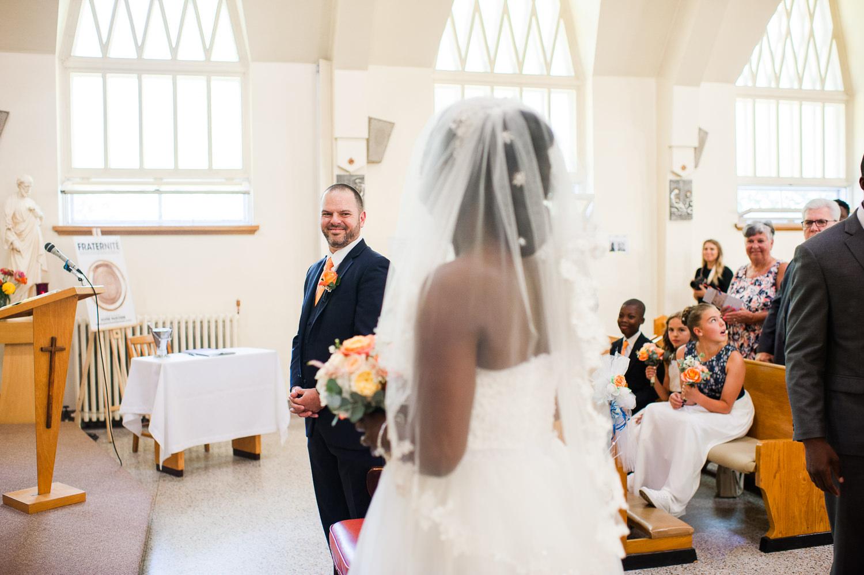 le-regard-du-marie-lorsqu-il-voit-la-mariee-ceremonie-eglise