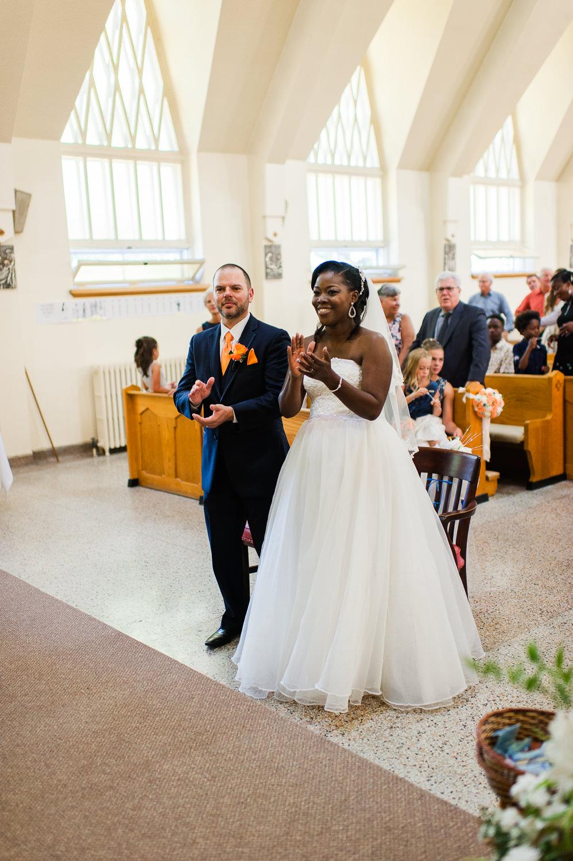couple-de-maries-qui-tapent-des-mains-lors-de-la-celebration-du-mariage-a-l-eglise