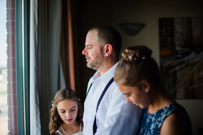 deux-filles-du-marie-qui-aident-leur-papa-lors-des-preparatifs-a-la-chambre-d-hotel-quality-inn