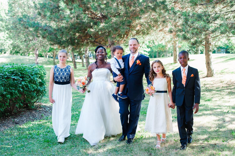 Portrait-de-famille-avec-les-maries-et-leurs-enfants-life-style-qui-marchent-main-dans-la-main