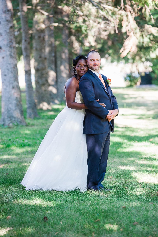 portrait-de-couple-plein-pied-la-mariee-derriere-le-marie-dans-l-allee-d-arbre