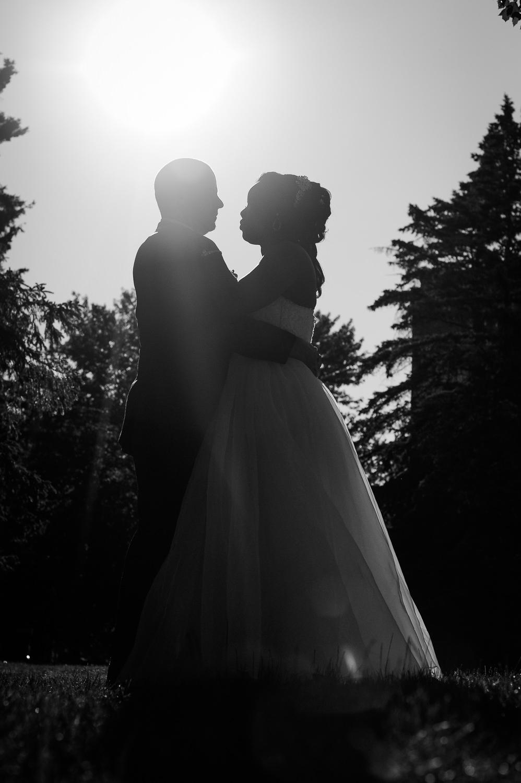 portrait-de-couple-mariage-plein-pied-en-contre-jour-noir-et-blanc