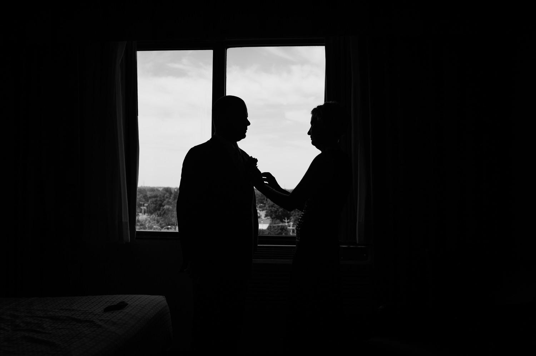 contre-jour-noir-et-blanc-La mere-du-marie-qui-ajuste-la-cravate-lors-des-preparatifs-a-la-chambre-d-hotel-quality-inn