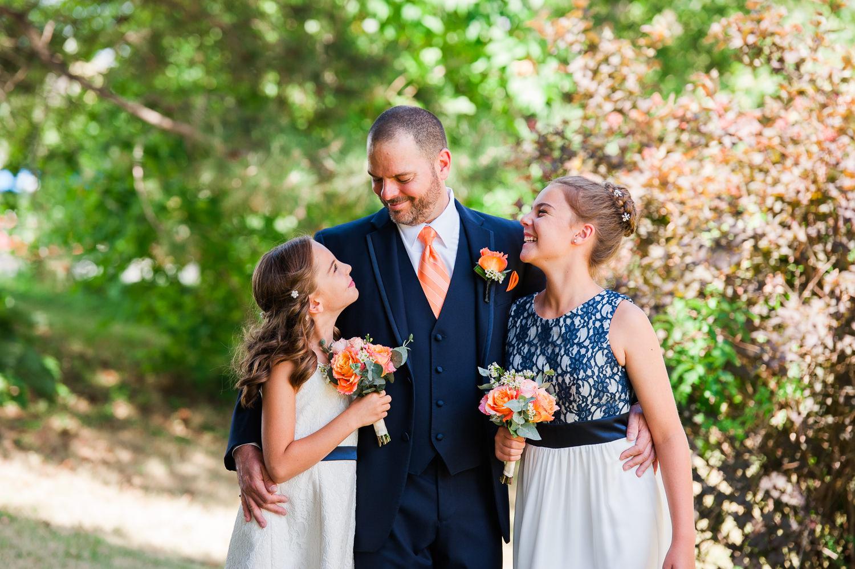 Portrait-du-marie-avec-ses-deux-filles-plein-air