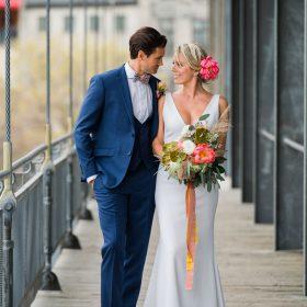 portrait-de-couple-qui-se-regarde-sur-terrasse