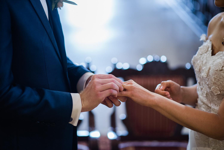 echange-des-alliances-portrait-des-mains
