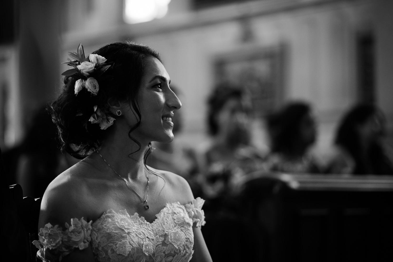 La-mariee-souriante-regarde-la-personne-qui-lit-pendant-la-ceremonie-portrait-visage-noir-et-blanc