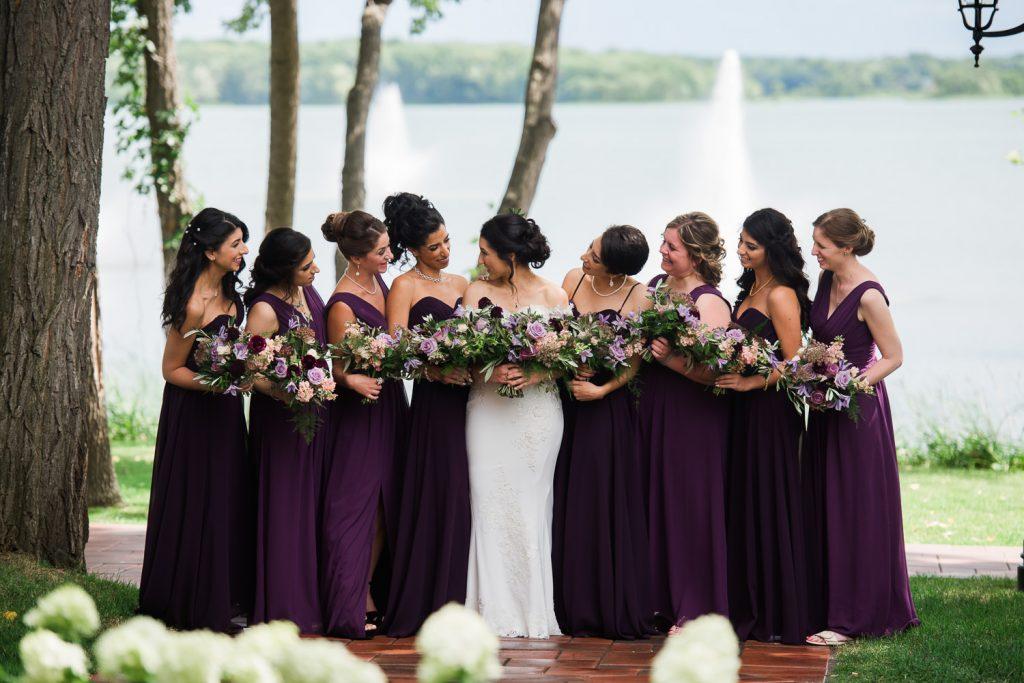 la-mariee-et-ses-8-filles-d-honneur-qui-se-regardent-dans-les-jardins-et-a-proximite-de-l-eau