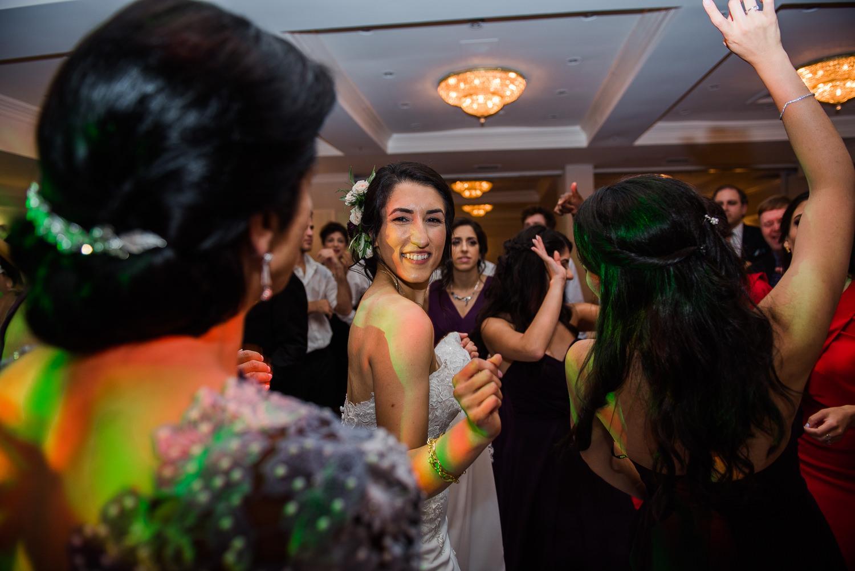 La-mariee-qui-danse-pendant-la-recpetion-du-mariage-sur-la-piste-de-danse