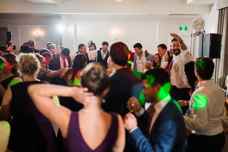 Les invites-se-regroupent-sur-la-piste-de-danse-pour danser-avec-le-marie