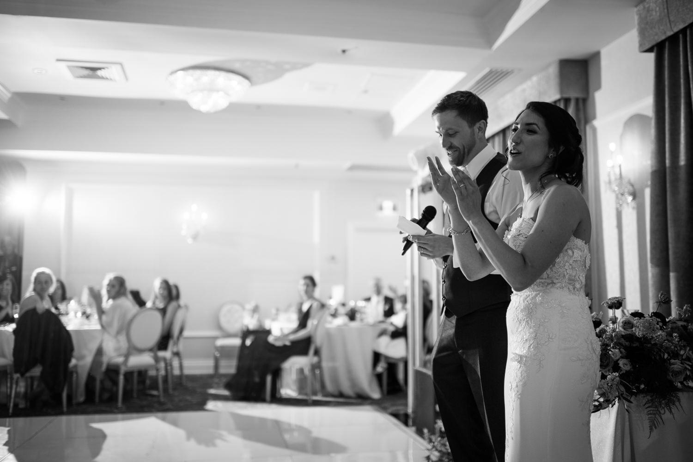 Discours-des-maries-pendant-la-reception-du-mariage-image-noir-et-blanc