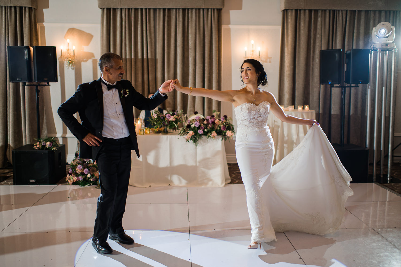 La-mariee-qui-danse-avec-son-pere-pendant-la-reception-du-mariage-sur-la-piste-de-danse