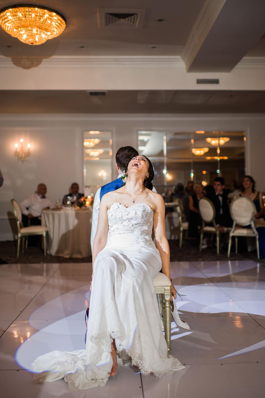 la-maries-qui-s-exclame-de-rire-lors-du-jeu-des-souliers-pendant-la-reception