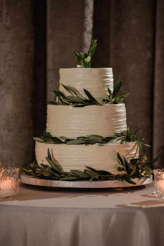 gateau-de-mariage-creme-au-beurre-blanc-decoration-feuille-eucalyptus