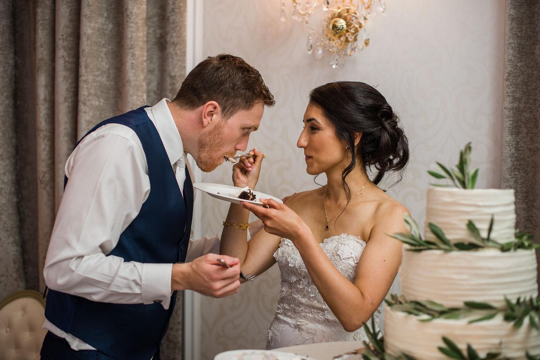 la-marie-fait-manger-au-marie-un-morceau-de-gateau-creme-au-beurre-blanc-de-dolci-piu-montreal