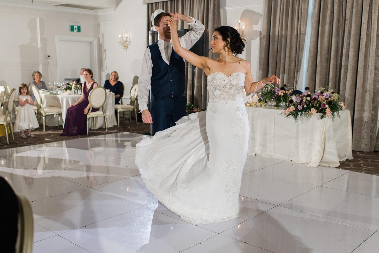 Le-marie-fait-tourner-la-mariee-lors-de-la-premiere-danse-du-couple