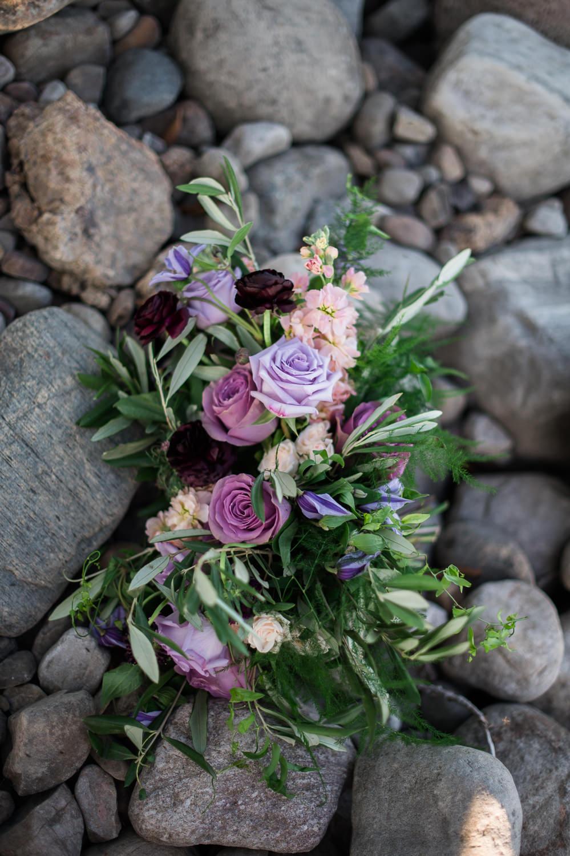bouquet-de-la-maries-roses-verdure-depose-sur-les-rochers-oh-fleurs