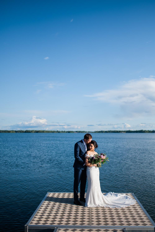 portrait-des-maries-sur-un-quai-paysage-lac-ciel-bleu