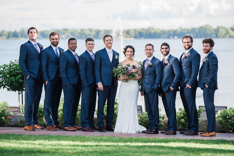 Les-maries-avec-les-garcons-d-honneur-devant-la-baie-de-Vaudreuil