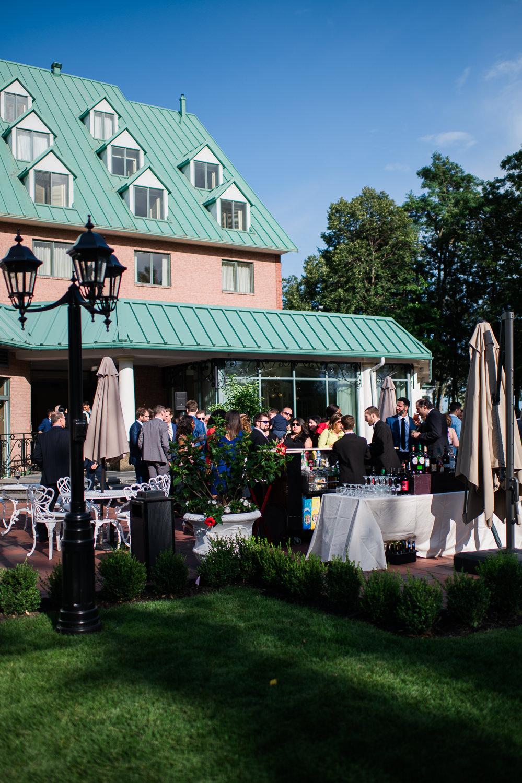 les-invites-sur-la-terrasse-pour-le-cocktail-bar-exterieur
