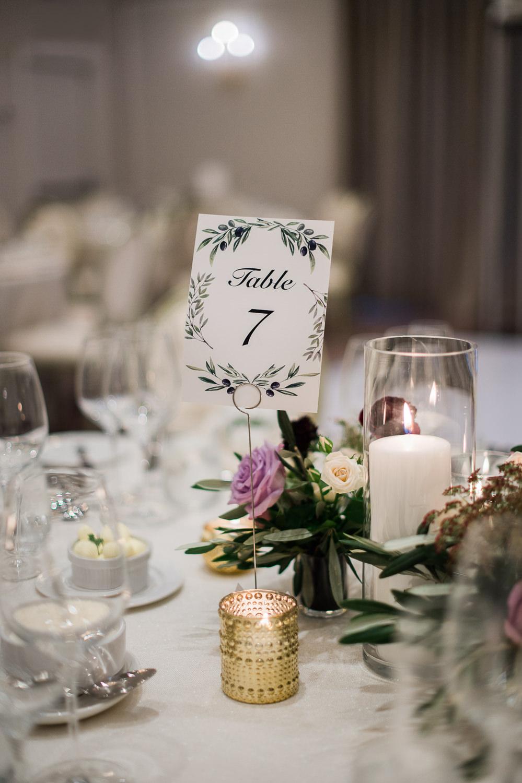 numero-de-table-dessin-olives-feuilles-centre-de-table-aux-couleurs-aubergine-et-lavande-fleurs-nappe-blanche-chandelles