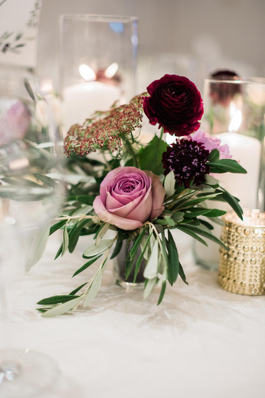 centre-de-table-aux-couleurs-aubergine-et-lavande-fleurs-nappe-blanche-chandelles