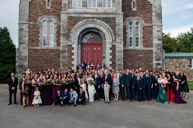 Les-invites-du-mariage-devant-Eglise-Oka-pour-la-photo-de-groupe